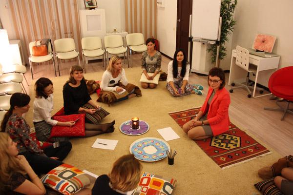 На тренинге, развивающем уверенность в себе, у корреспондента Анастасии Талдыкиной (четвертая слева) обнаружили комплекс отличницы
