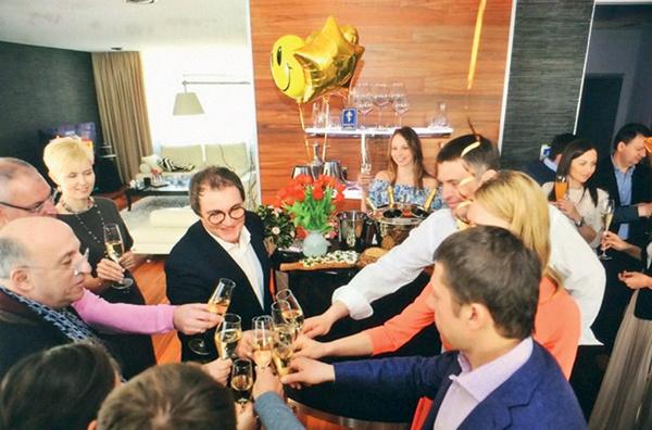 Дмитрий и Полина Дибровы пригласили на праздник к себе в Лапино только самых близких друзей