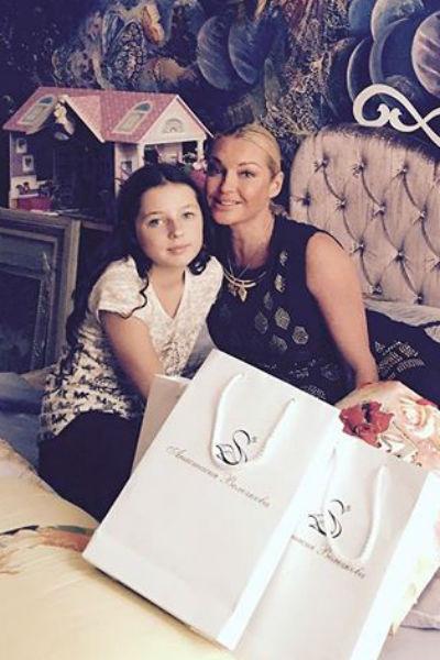 Анастасия Волочкова подарила дочке подарки после окончания начальной школы