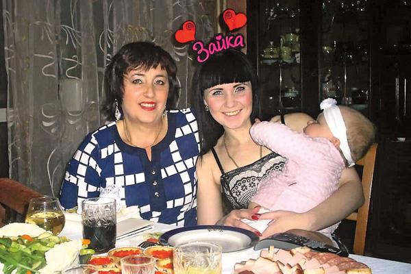 Теперь биологическая мама девушки Наталья приезжает к дочери в гости