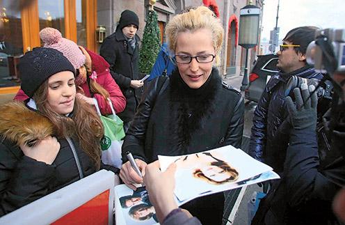 Актриса раздала фанатам автографы, но от подарков отказалась