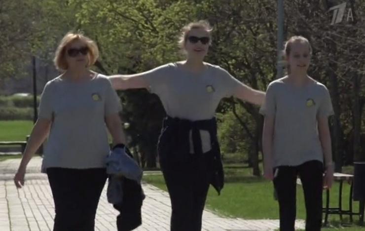 Нелли Пшенная на прогулке со внучками