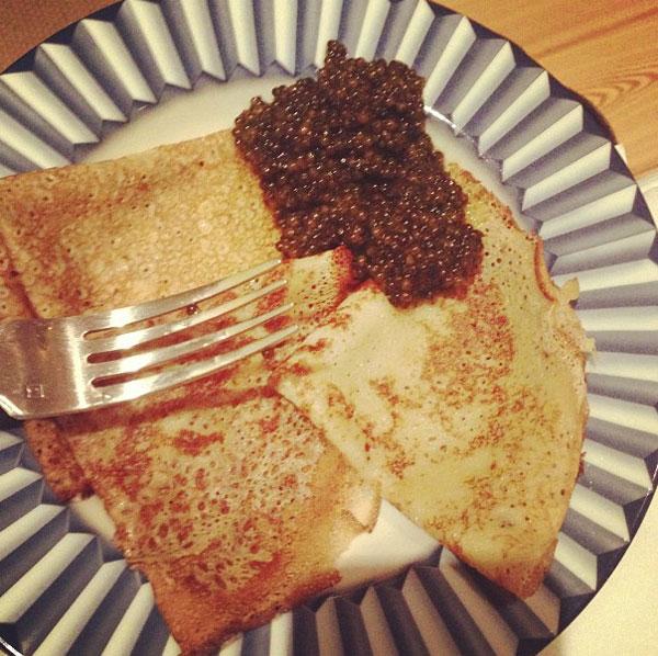 Блины с черной икрой - главное блюдо вечера
