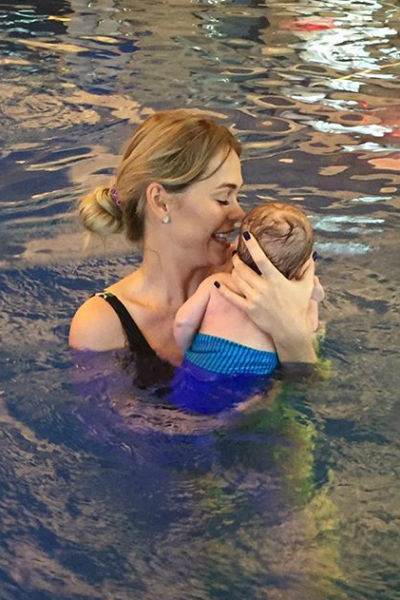 Анна приобщает ребенка к плаванию