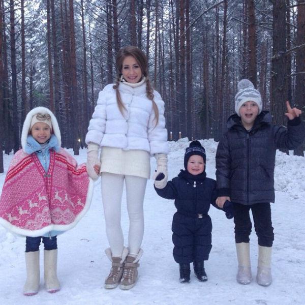 Юлия с тремя детьми - Яной, Арсением и Артемом