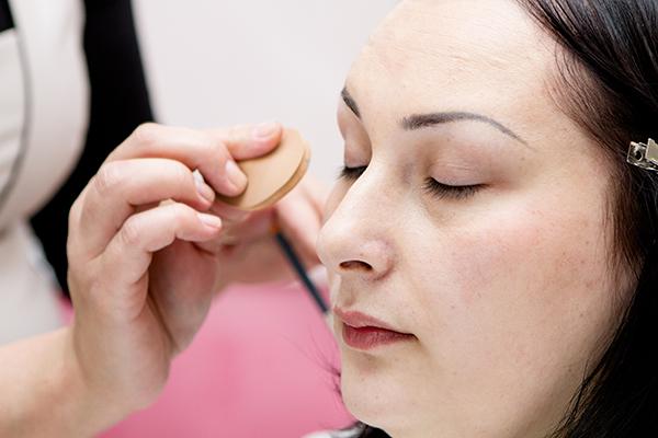 Перед тем как начать макияж, на лицо Софьи нанесли базу
