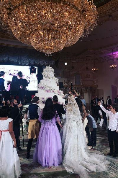 В финале праздника был вынесен огромный торт