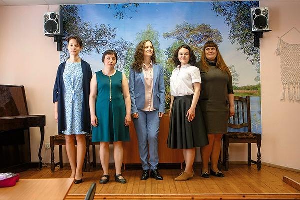 Ведет занятия коллега и подруга Юлии — Ольга Ольховская (на фото – слева от нее)