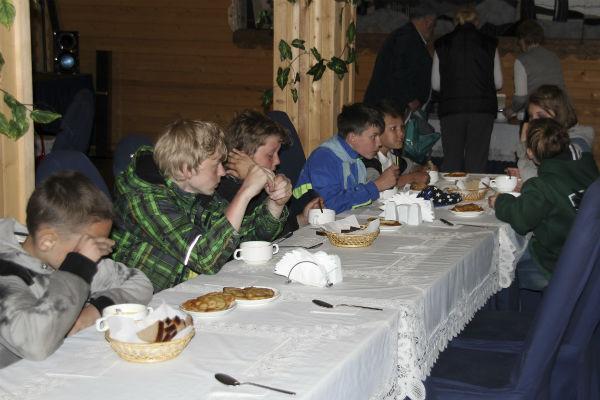 Дети, которых спасли на Сямозере, согреваются чаем