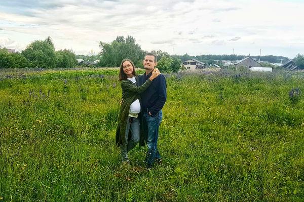 Мария и ее супруг выбрали территорию для строительства дома