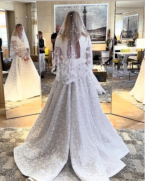 Мастера Louis Vuitton вручную пришили более 100 тысяч бусин на платье