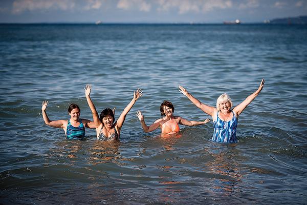 Даша, Таня, Юля и Лариса не хотели вылезать из теплого Черного моря