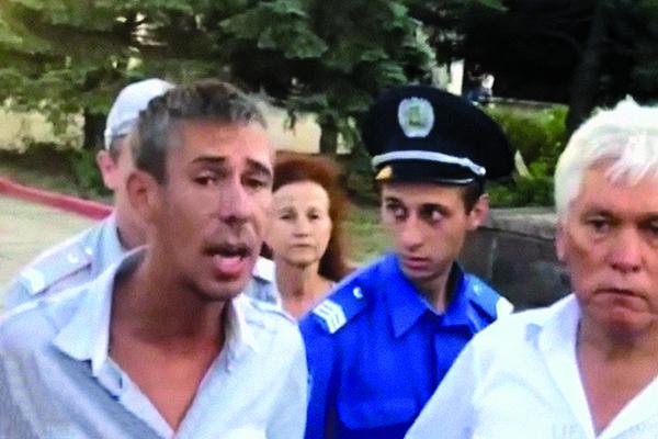 Алексей не сразу понял,что  агрессия не решит проблему.  Стоило спокойно дождаться  приезда ГИБДД