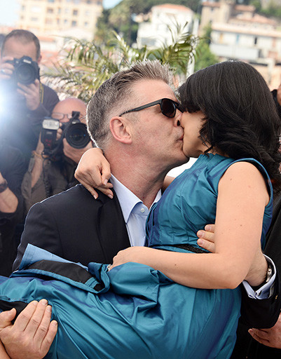 Алек Болдуин словно извинялся за недавний скандал и носил беременную жену Хиларию на руках