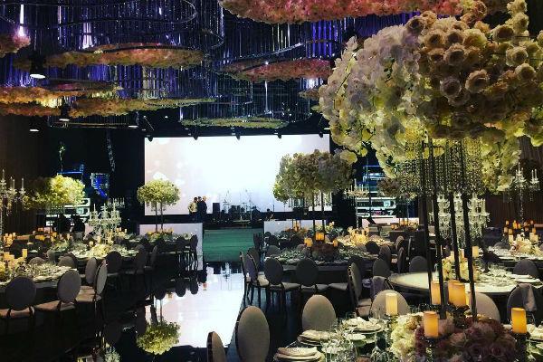 Банкетный зал был украшен многочисленными цветочными композициями