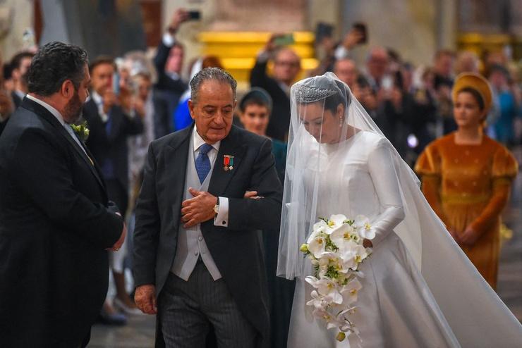 Отец вел невесту к алтарю