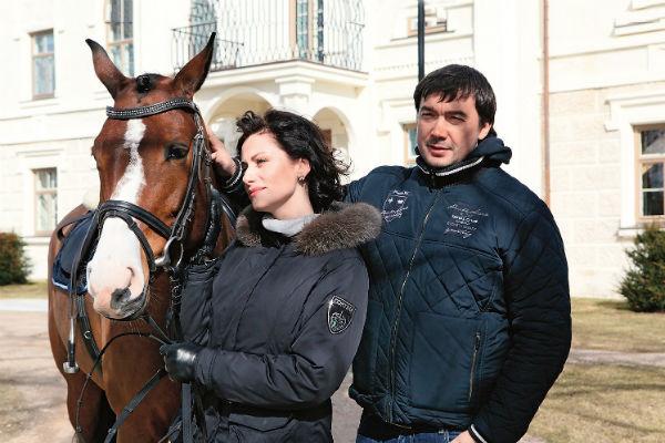 В 2007 году Анна во второй раз вышла замуж - за госслужащего Олега Капустина. На фото они с конем Листопадом