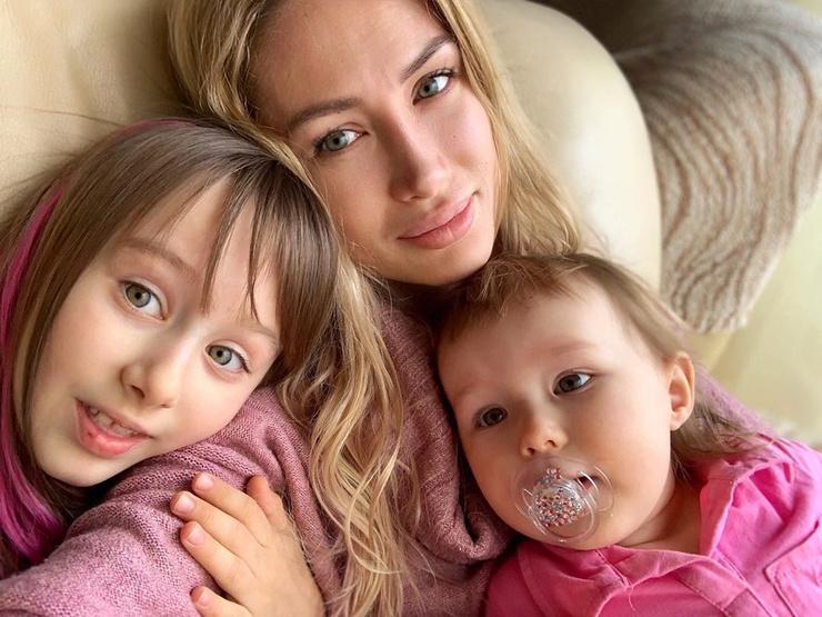 Алена уже воспитывает двух дочерей