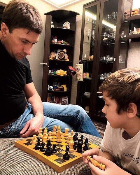 Актер поддерживает общение с детьми