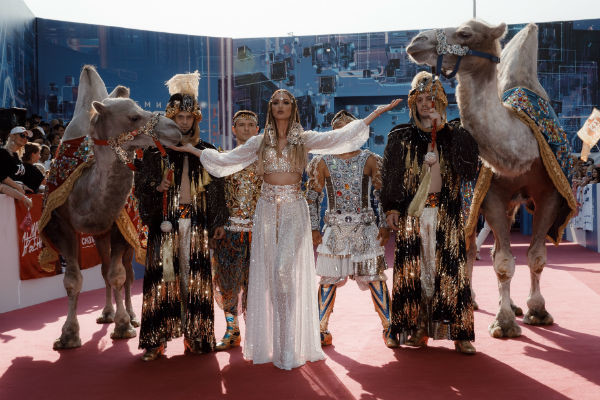 Ольга Бузова приехала на церемонию на верблюдах