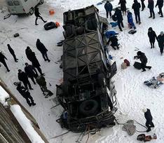 Автобус с пассажирами упал с моста в Забайкалье: что известно о трагедии