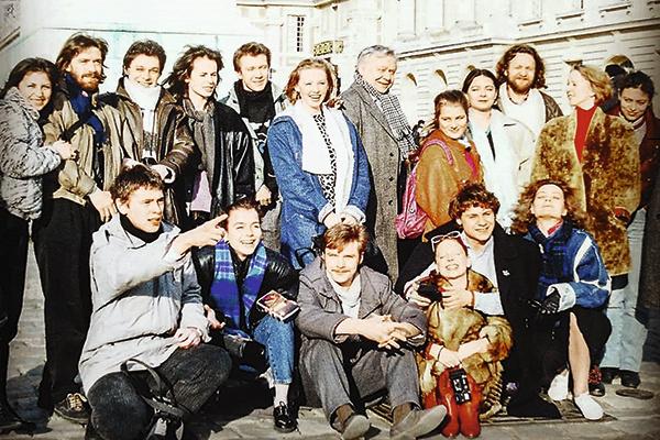 В 1990 году актер окончил Школу-студию МХАТ, курс Олега Табакова, а позже служил в театре наставника – «Табакерке»