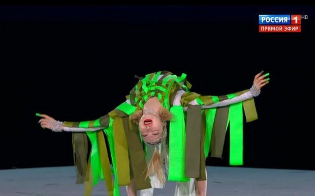 Японская танцовщица выступила в костюме дерева, которое символизируют связь с корнями