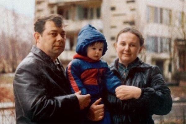Маленькая Катя Варнава с родителями