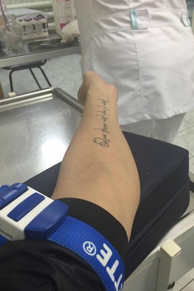 Выложив этот снимок в микроблог, Анна обвинила врачей,которые ей помогли, в некомпетентности