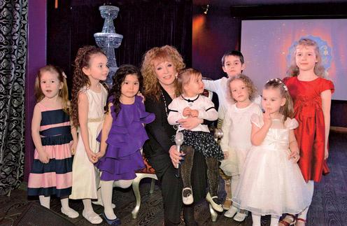 Внучка Клавдия часто бывает на уроках и концертах Family Club, хотя и записана в другую школу