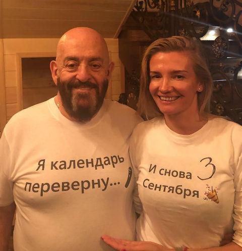 Шуфутинский даже украсил футболку фразами из своего хита