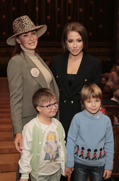 Эвелина Бледанс и Юлия Барановская с детьми