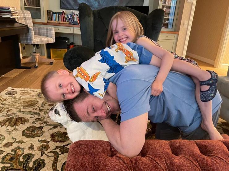 Актер много времени проводит с детьми