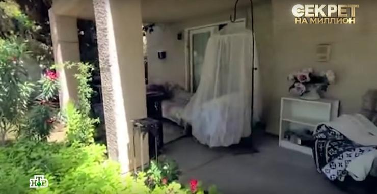 На участке американского дома стоят удобные диваны и лежаки