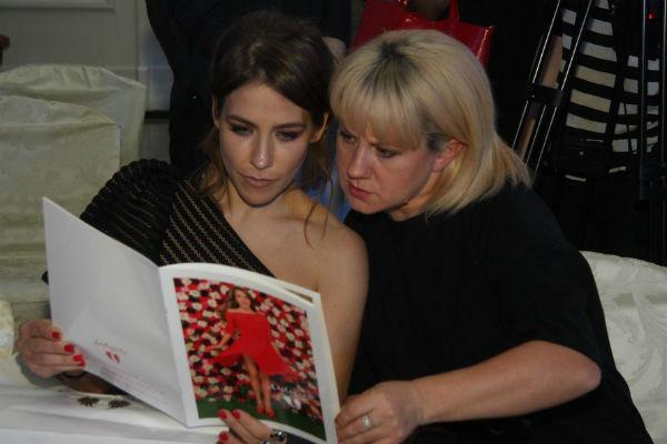 После показа Юлия Барановская внимательно рассматривала лукбук со своими фотографиями