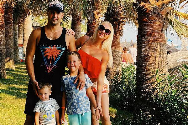 Дарья Пынзарь с мужем и детьми