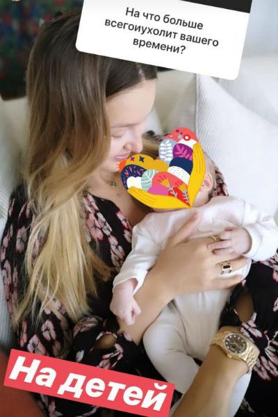 Кристина показала снимок с новорожденной дочерью, закрыв при этом ее лицо