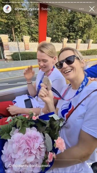 По дороге жители Москвы приветствовали победителей