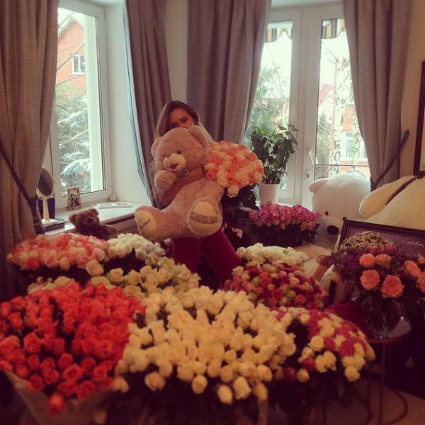 В прошлом году гости вечеринки по случаю дня рождения Стеши буквально задарили ее роскошными букетами