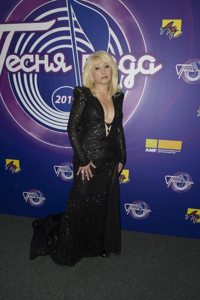 Ирина Аллегрова сразила публику чересчур глубоким декольте