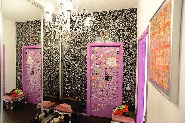 Двери в апартаментах розовые