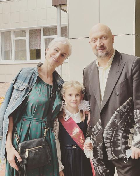 Гоша Куценко с женой отвели дочь в первый класс