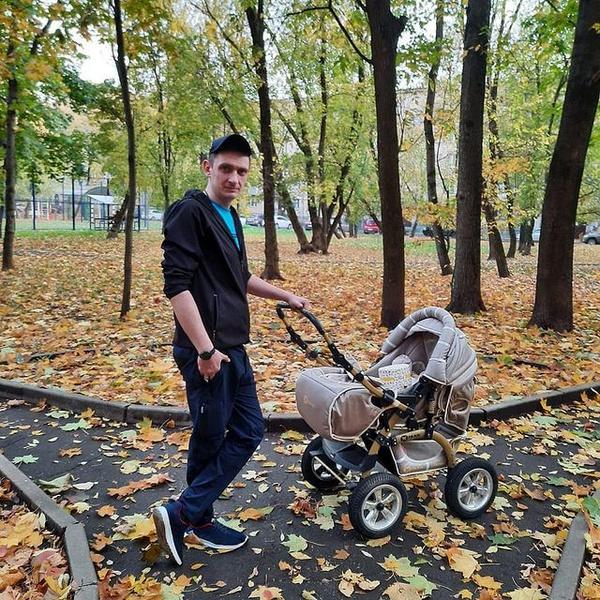 Влад Пугачев на прогулке с дочкой
