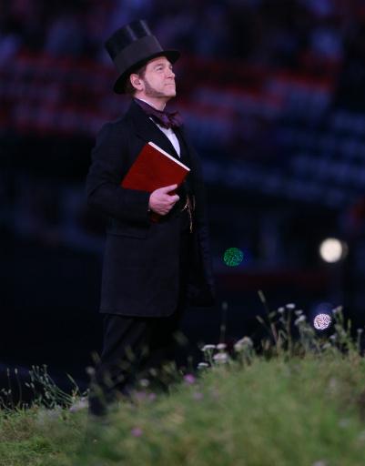 """Кеннет Брана в образе ученого Брюнеля готовится прочесть отрывок из шекспировской """"Бури"""""""