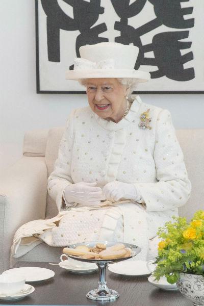 Королева не отказывается от сладкого даже во время деловых встреч