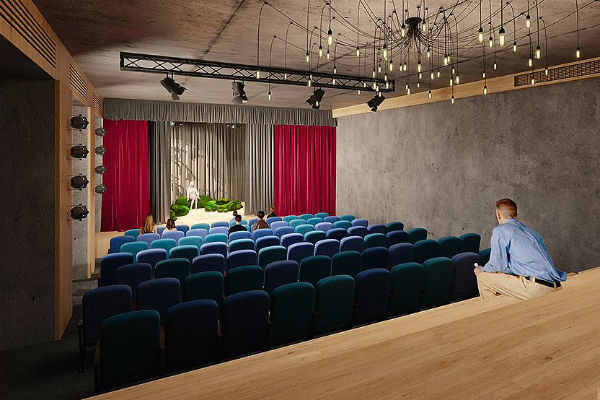 Зрительный зал рассчитан на 150 мест