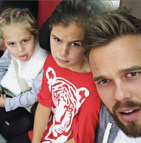 Максим Чернявский с дочерями Алиной и Моникой