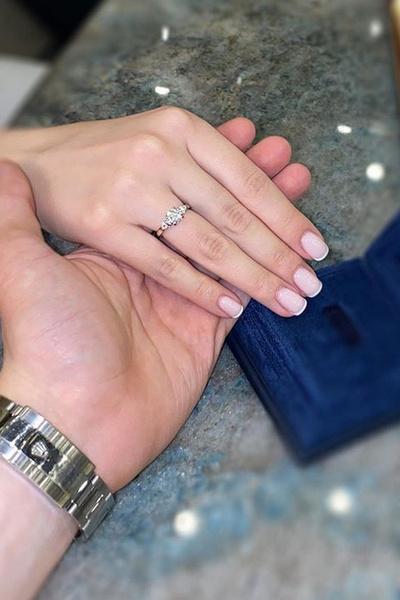 Молодой человек преподнес возлюбленной кольцо с бриллиантом