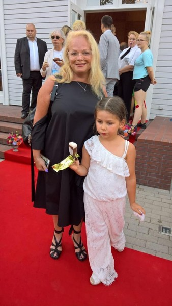 Певица пришла на фестиваль Вайкуле с внучкой Сашей
