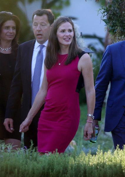 Несколько дней назад Дженнифер была на свадьбе. Однако и на этой фотографии ее живот не идеально плоский